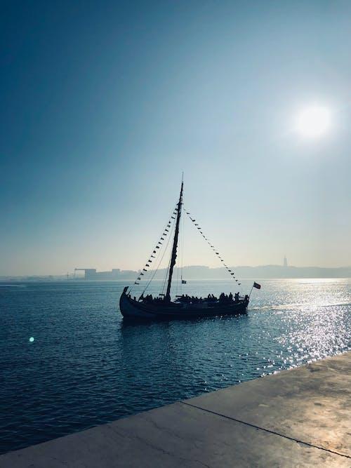 Foto stok gratis kapal, latar belakang musim dingin, Lisbon, matahari keemasan