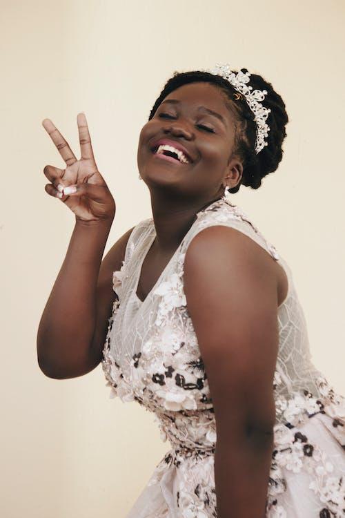 Бесплатное стоковое фото с 20-25 лет женщина, аксессуар для волос, африканка, африканская этничность