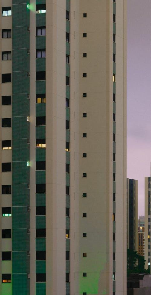 Hochhaus Aus Weißem Und Grünem Beton