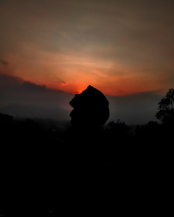 Силуэт человека против закатного неба