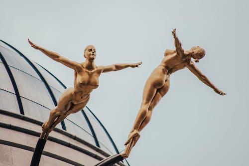 Estátua De Duas Mulheres Nuas De Ouro