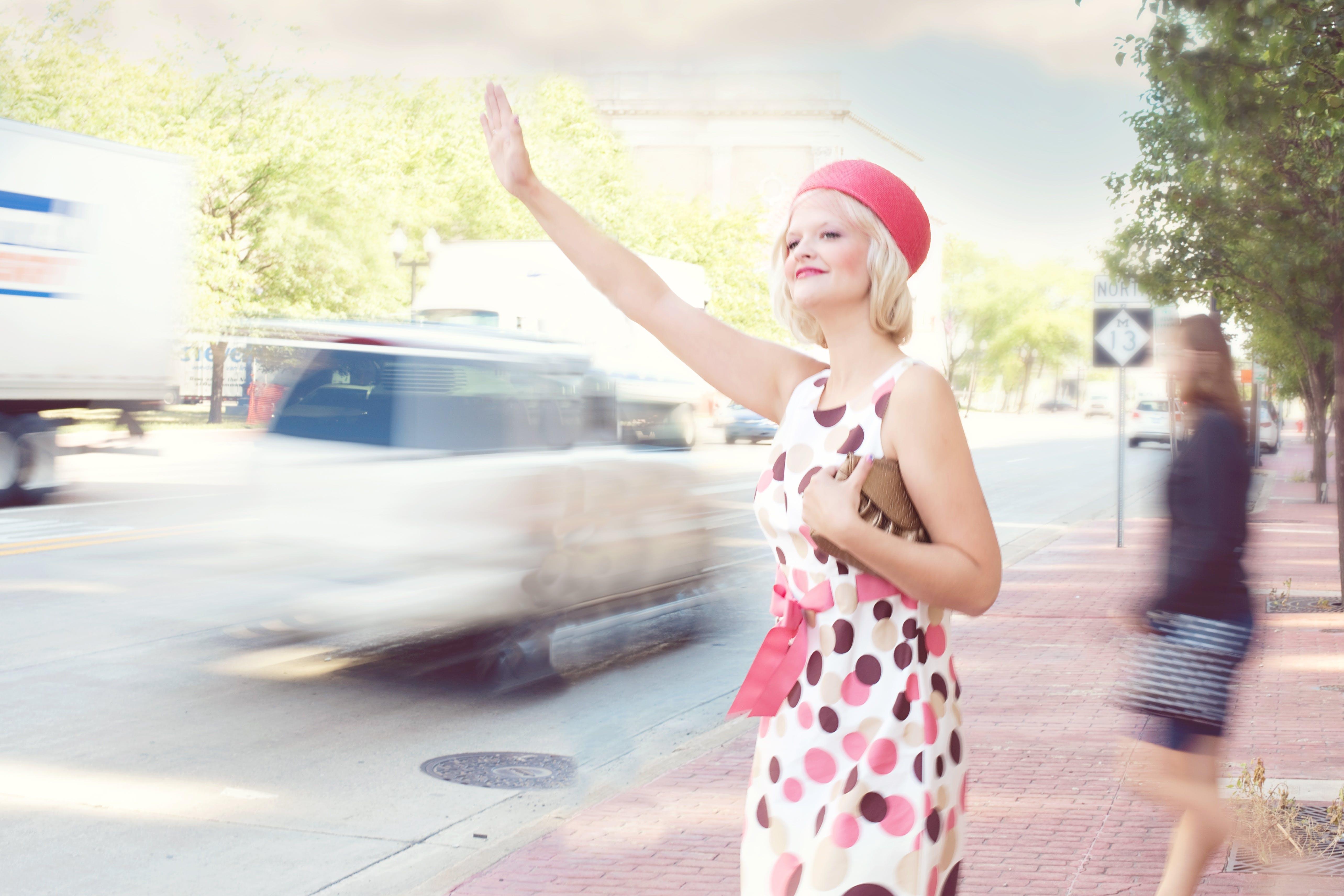 Kostenloses Stock Foto zu fashion, frau, hailing taxi, mädchen