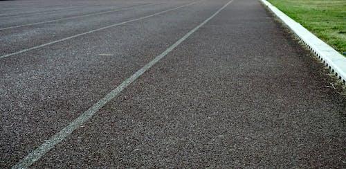 Gratis lagerfoto af asfalt, græs, kø, lige