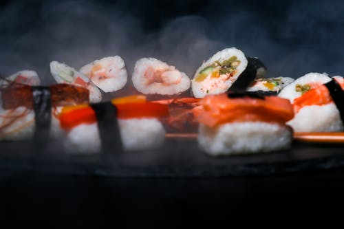 Суши на черной круглой тарелке