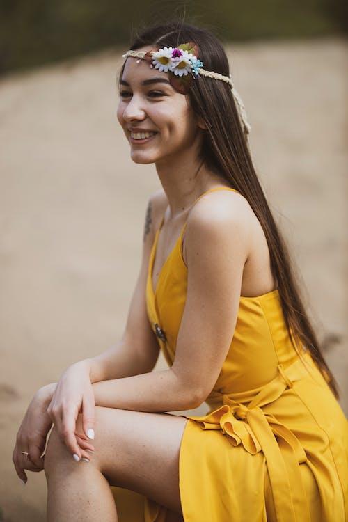 Một Người Phụ Nữ Mỉm Cười Trong Chiếc Váy Vàng