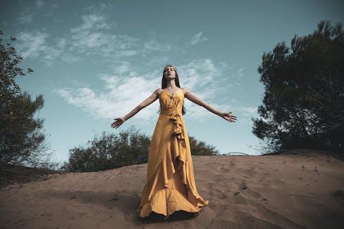 Ảnh lưu trữ miễn phí về cầu nguyện, cô gái da nâu, đàn bà, dang rộng vòng tay
