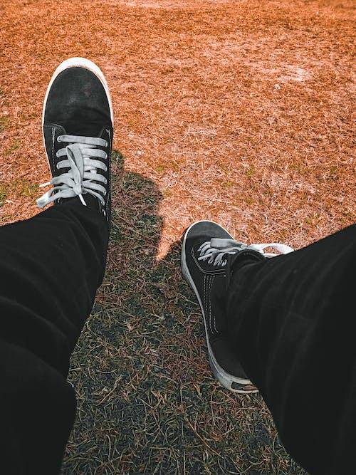 ayakkabı çifti, çim alanı, HD duvar kağıdı, kuru çim içeren Ücretsiz stok fotoğraf