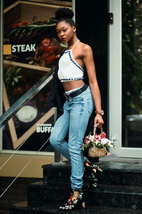 Foto De Mujer Vestida Con Jeans