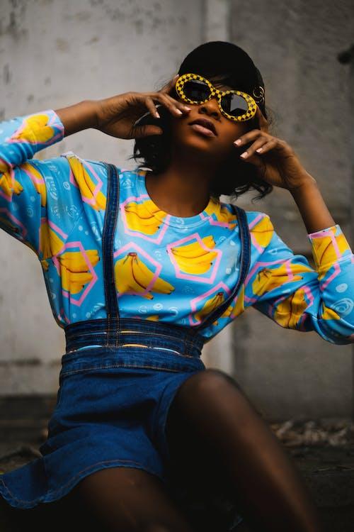 Foto De Mujer Con Gafas De Sol Amarillas