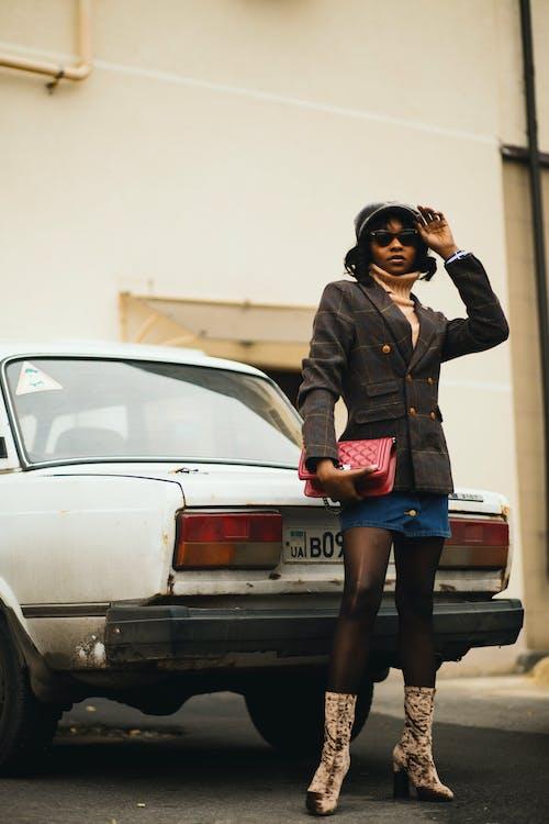 Foto De Mujer Llevando Bolso De Mano Rosa