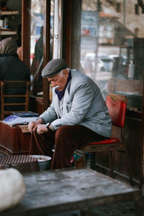 Foto profissional grátis de adulto, antigo, ao ar livre, bazar