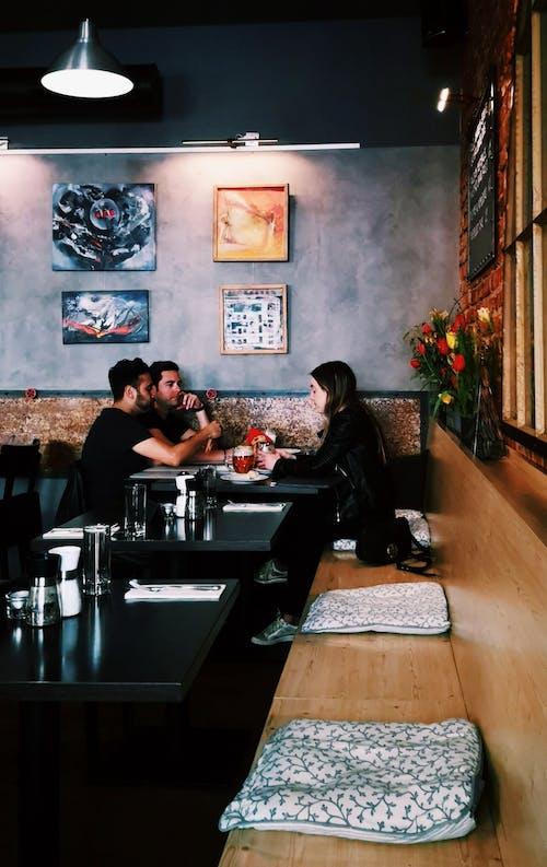 Darmowe zdjęcie z galerii z kawiarnia z barem, kobieta, krzesło, kwiaty