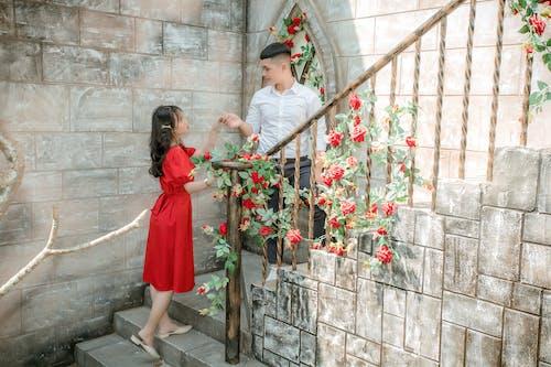 Foto Des Paares, Das Auf Der Treppe Steht, Während Sie Ihre Hände Halten
