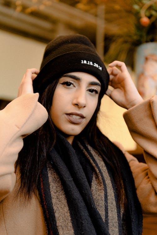 Безкоштовне стокове фото на тему «берет, в'язана шапка, вираз обличчя»