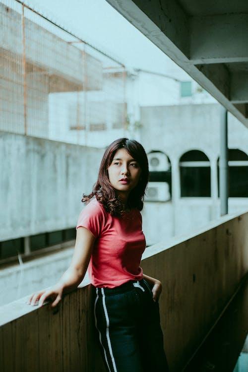 Безкоштовне стокове фото на тему «вираз обличчя, вуличний одяг, дивитися вбік, жінка»