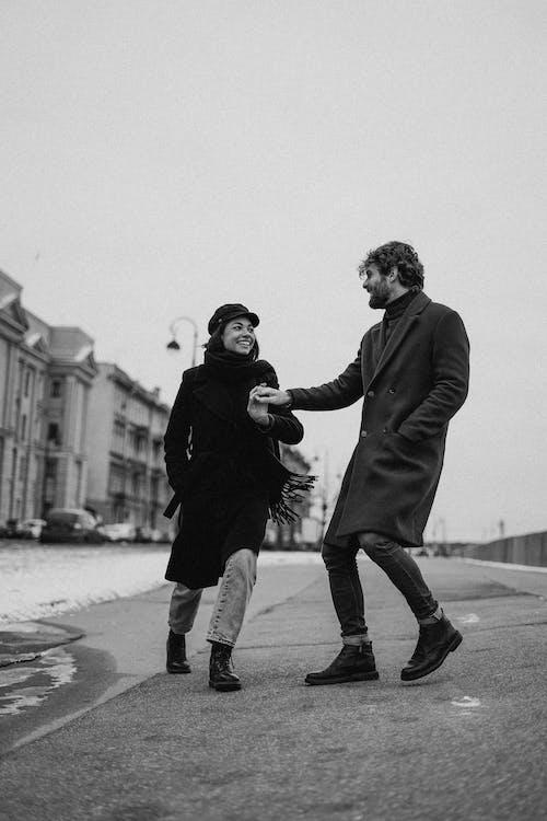 Monochromes Foto Des Paares, Das Auf Straße Geht