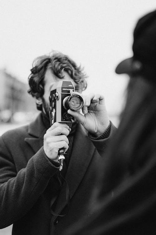 Základová fotografie zdarma na téma černobílý, dálkoměr, držení