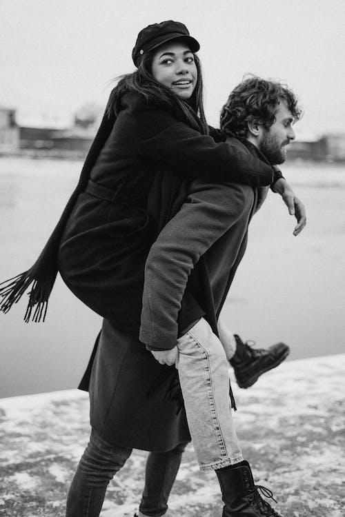 Δωρεάν στοκ φωτογραφιών με piggyback, αγάπη, αγκαλιά, αγκαλιάζω