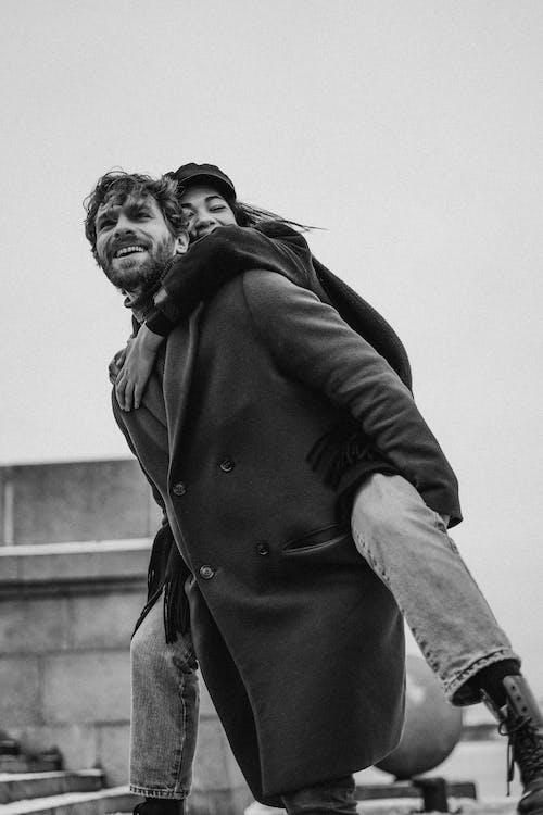 Foto profissional grátis de abraçando, abrigo, adulto, afeição