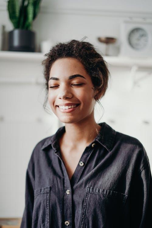Бесплатное стоковое фото с африканка, афро-американка, брюнетка, в помещении