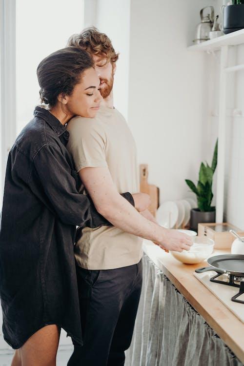 Foto Di Donna Che Abbraccia Il Suo Uomo
