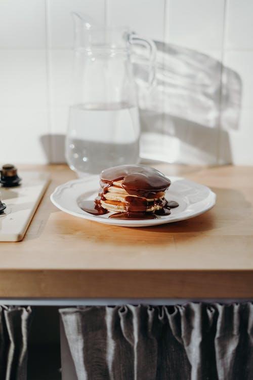 Frittelle Al Cioccolato Sul Piatto In Ceramica Bianca