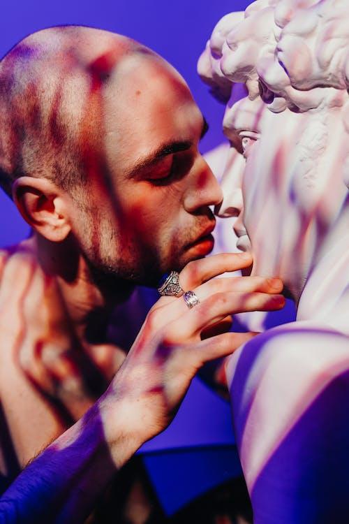 Photos gratuites de baiser, chauve, doux, expression du visage