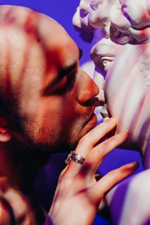 Photos gratuites de baiser, chauve, doigts, expression du visage