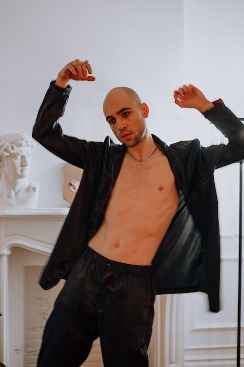 Základová fotografie zdarma na téma černá bunda, černé kalhoty, chlápek, dospělý