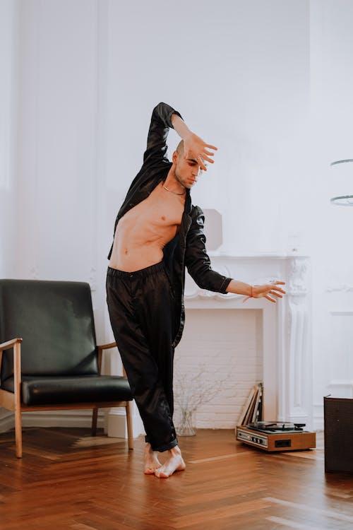 Darmowe zdjęcie z galerii z chłopak, czarna kurtka, czarne spodnie, łysy