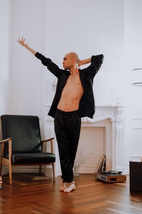 Darmowe zdjęcie z galerii z czarna kurtka, czarne spodnie, łysy, męski