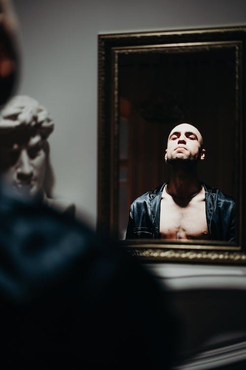 Foto profissional grátis de adulto, beleza, dentro de casa, espelho
