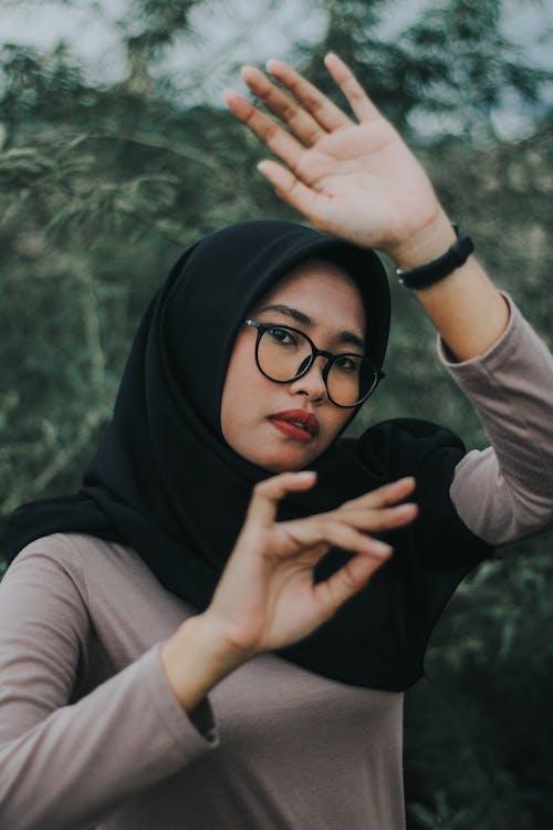 Ingyenes stockfotó arckifejezés, hidzsáb, keresés, kezek témában