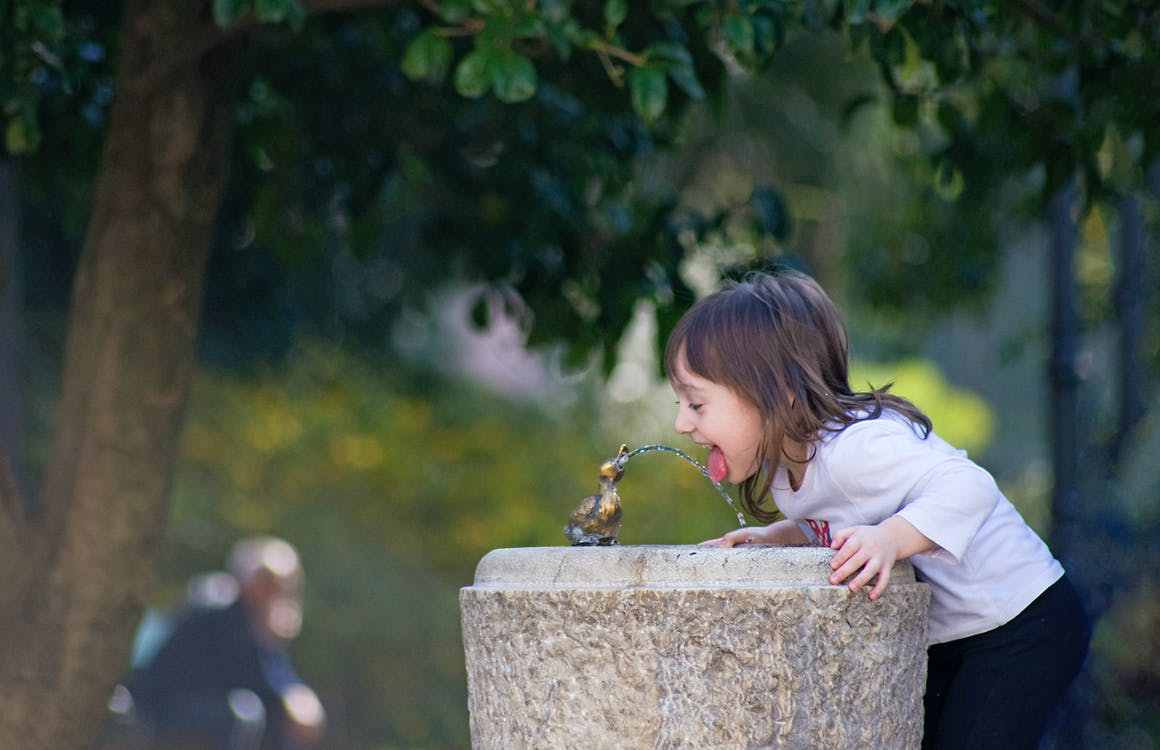 assetato, bere acqua, fontana