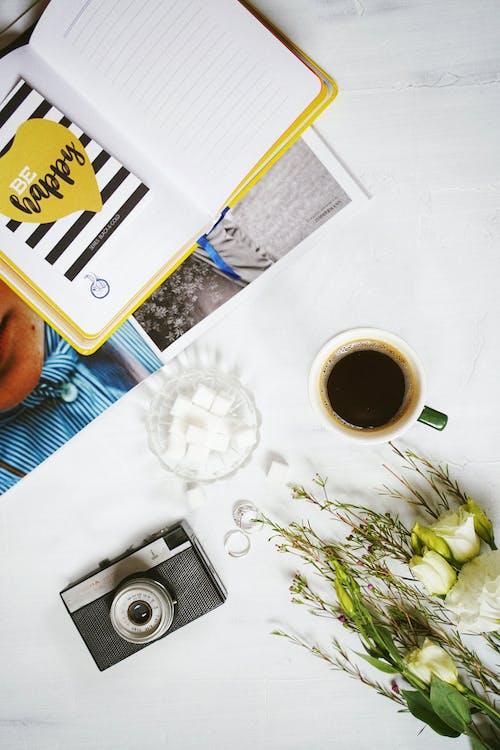 Foto Del Diario Accanto A Una Tazza Di Caffè