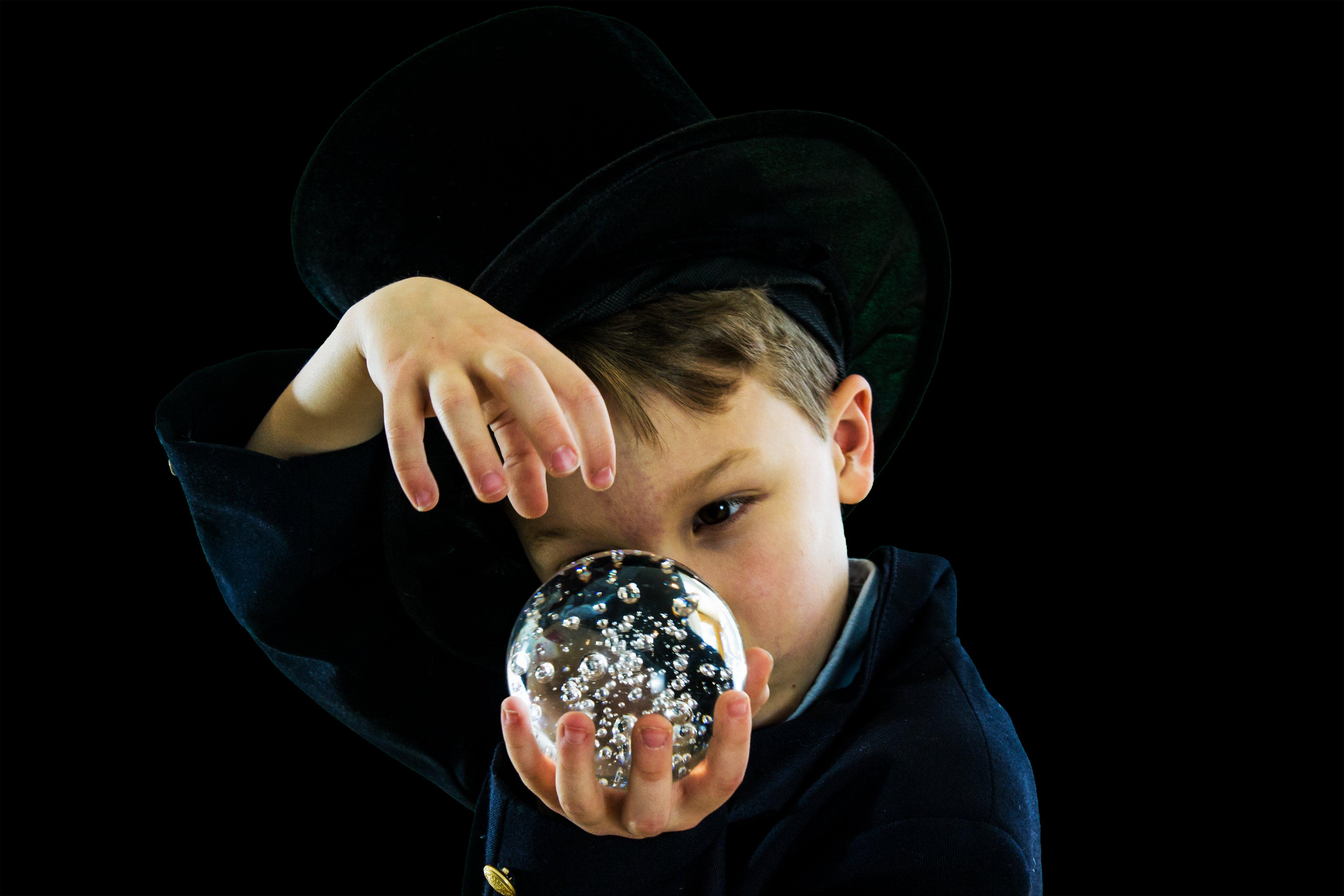 Kostenloses Stock Foto zu hut, junge, kristallkugel, magie