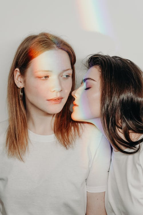 Darmowe zdjęcie z galerii z biała koszula, biała ściana, brunetka, gej