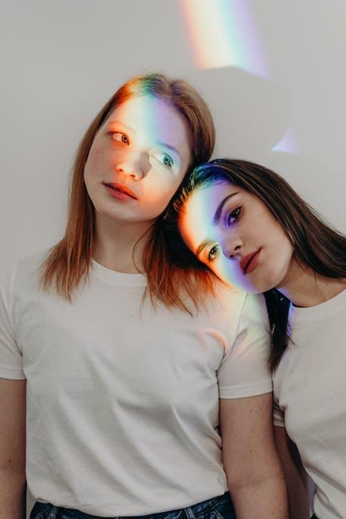 Darmowe zdjęcie z galerii z biała koszula, biała ściana, brunetka, dziewczyna