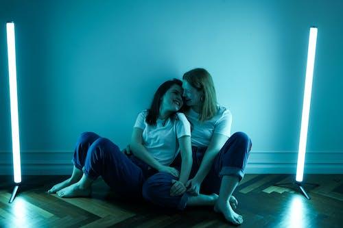 Foto stok gratis bagus, bertelanjang kaki, cinta, dalam ruangan
