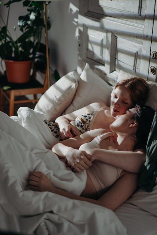 Foto profissional grátis de abraçando, afeição, amor, cama