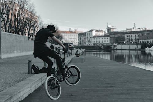 Человек в черной рубашке делает выставку велосипедов