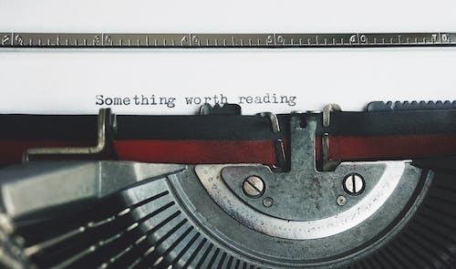 Schwarze Und Rote Schreibmaschine Auf Weißem Tisch