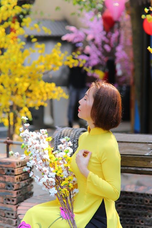 Фотография женщины, держащей цветы