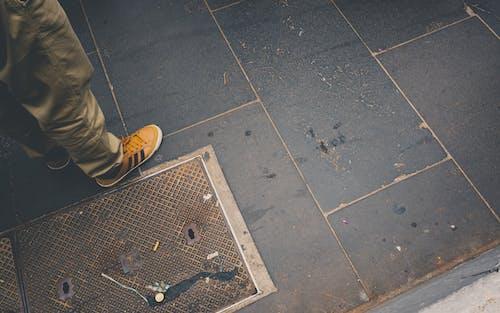 ayakkabı, çekilmiş, fayans, kaldırım içeren Ücretsiz stok fotoğraf