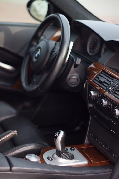 araba, araba iç mekanı, BMW, direksiyon içeren Ücretsiz stok fotoğraf