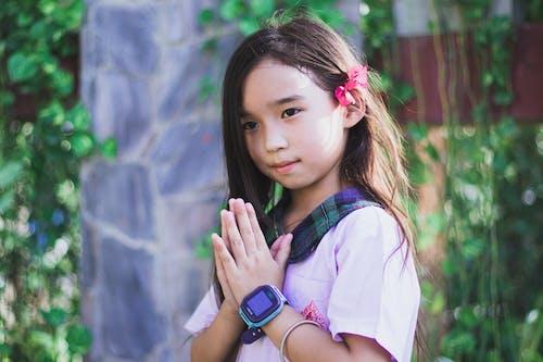 Dziewczyna W Fioletowej Koszuli Z Krótkim Rękawem Z Zielono Czarnym Kołnierzem W Kratę Na Sobie Czarny Cyfrowy Zegarek