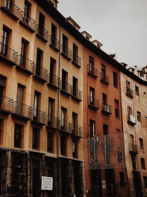 Foto stok gratis Arsitektur, bidikan sudut sempit, eksterior bangunan, gedung apartemen