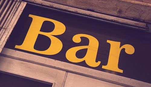 Безкоштовне стокове фото на тему «бар, Вивіска, жовтий, жовтий текст»