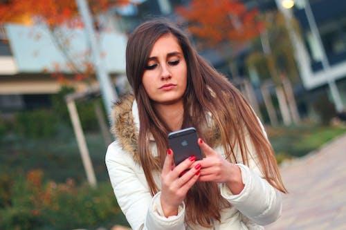 Immagine gratuita di adolescente, apple, donna, inviare messaggi