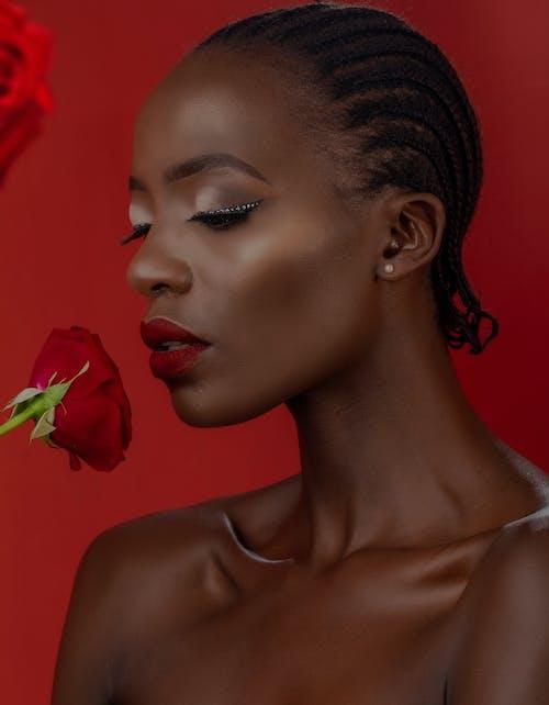 Photos gratuites de arrière-plan rouge, femme, jeune fille, maquillage pour les yeux